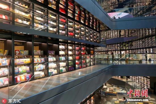 近日,陕西西安凤城二路一书店内长240米,高18米的玻璃书墙走红网络,吸引了众多市民前来打卡留念。书店有4层,藏书量在38万以上,每天都有许多人来书店。图片来源:东方IC