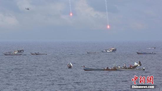 图为2013年,中国海军第十四批护航编队警戒驱离疑似小艇。<a target='_blank' href='http://www-chinanews-com.look-3d.com/'>中新社</a>发 王长松 摄