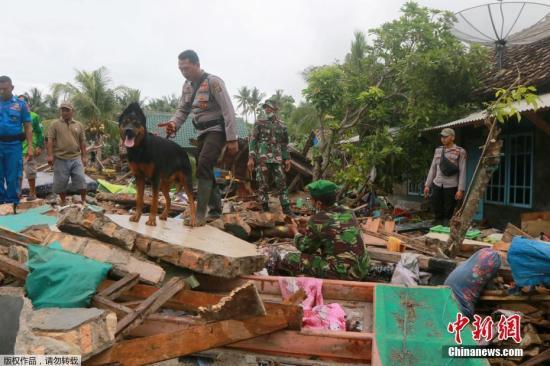 当地时间2018年12月25日,印尼万丹省板底兰,海啸搜救做事不息。