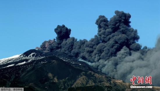 当地时间12月24日,意大利埃特纳火山喷发,大量火山灰被喷向天空。