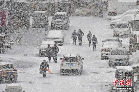 图为走人在山东省烟台市福山区街头冒雪出走。中新社发 孙文潭 摄 图片来源:CNSPHOTO