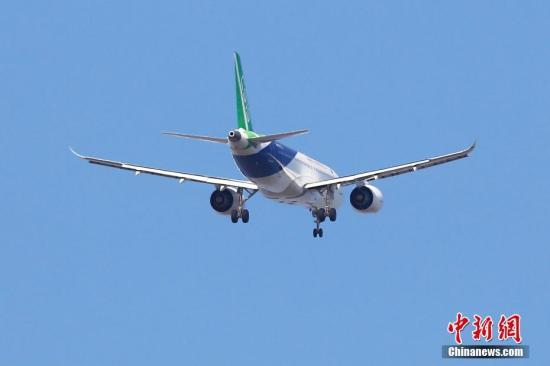 12月28日上午11时04分,中国商飞C919大型客机第三架机在上海浦东国际机场第四跑道开展首次试飞工作。殷立勤 摄