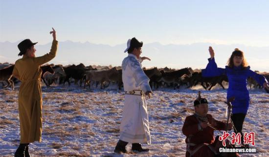 原料图:在地处天山深处的新疆和静县巴音布鲁克大草原上,气温达到零下32℃,一看无际的大草原上白雪皑皑,上万匹骏马洋洋洒洒、踏着积雪,从游人的当前呼啸而过,场面气势恢宏。史玉江 摄