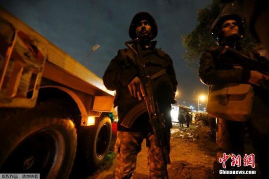 当地时间12月18日,埃及吉萨金字塔附近一辆载有表国游客的旅游巴士遭路边炸弹攻击。据表媒报道,该事故现在已造成3名越南游客和1名埃及导游物化亡。
