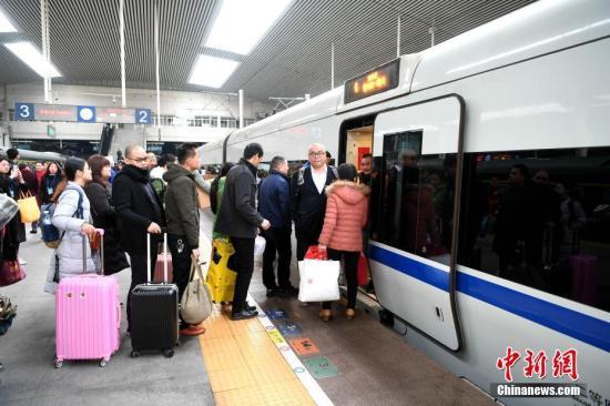 图为乘客在福州站站台上乘坐驶向南龙铁路倾向的列车。中新社记者 王东明 摄