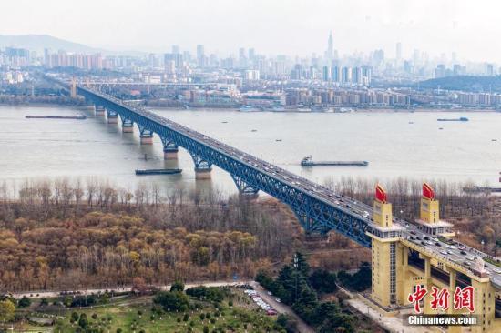 12月29天下午,南京长江大桥上车水马龙。同一天中午12点,封维修了点儿年多之南京长江大桥恢复通车。建成为1968年之南京长江大桥,举凡长江及先是所由中华自行设计与建筑的巨型公铁两用桥梁。泱波 拍