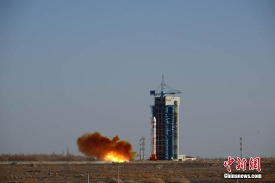 北京时间12月29日16时00分,中国在酒泉卫星发射中心用长征二号丁运载火箭及远征三号上面级,成功将6颗云海二号卫星和搭载发射的鸿雁星座首颗试验星送入预定轨道。郝伟 摄