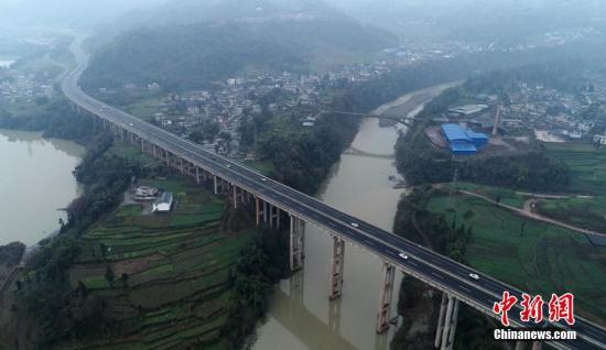 2018年12月29日,四川天全,雅康高速天全段。全长约135公里的雅(安)康(定)高速公路将于12月31日全线试通车。雅康高速公路是中国高速公路网雅安至叶城(新疆喀什)高速公路的重要组成部分。中新社记者 刘忠俊 摄