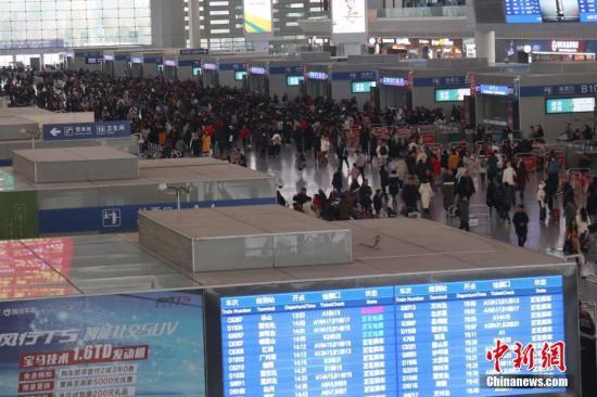 12月29日,成都东站候车大厅旅客如织,迎来2019年元旦幼长伪出走高峰。张浪 摄