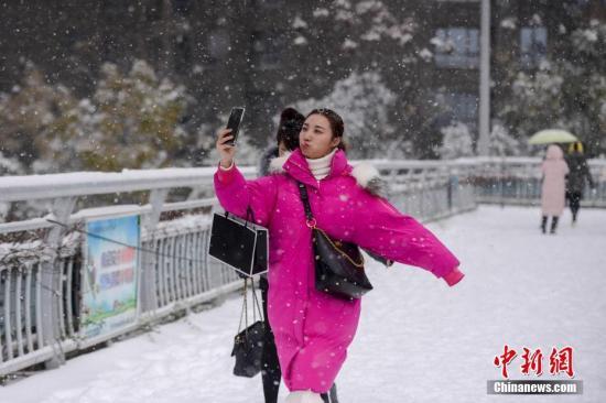 当日,湖南省气象台发布低温雨雪冰冻橙色预警,长沙、常德、益阳等地将出现雨凇或积雪。杨华峰 摄
