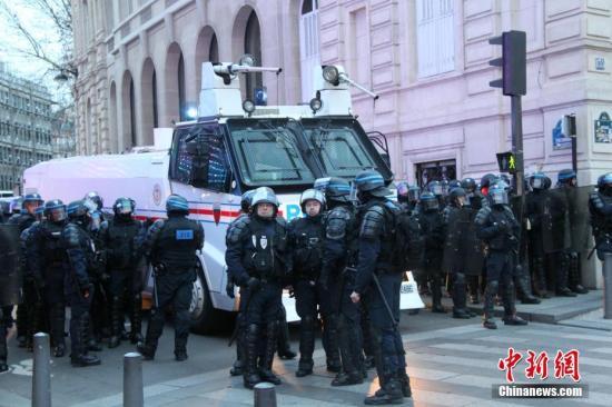 当地时间12月29日,法国警察继续在法国巴黎香榭丽舍大街严密戒备。当天是2018年最后一个星期六,仍有示威者走上巴黎街头。这也是巴黎连续第七个星期六遭遇示威。中新社记者 李洋 摄