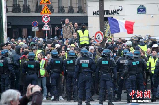 """资料图:大批警察在法国巴黎香榭丽舍大街与""""""""示威者对峙。<a target='_blank' href='http://www.chinanews.com/'>中新社</a>记者 李洋 摄"""