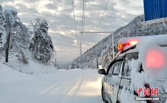 资料图:湖北五峰土家族自治县,交警上路铲冰除雪保畅通。鄢泽洲 摄