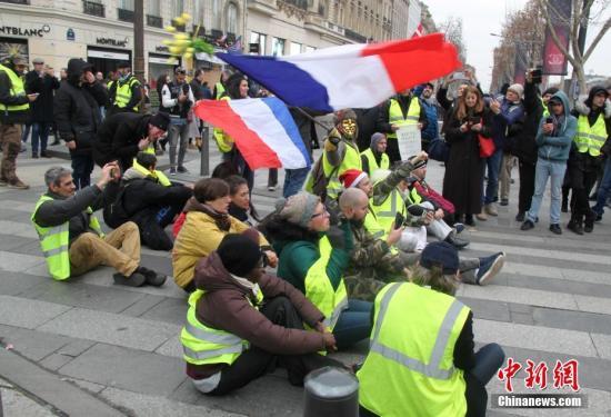 资料图:一些示威者在法国巴黎香榭丽舍大街抗议。<a target='_blank' href=''>中新社</a>记者 李洋 摄