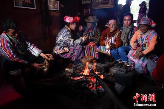 材料图:一位客坐正在水塘边取独龙族公众谈天。a target='_blank' href='http://www.chinanews.com/'种孤社/a记者 刘冉阳 摄