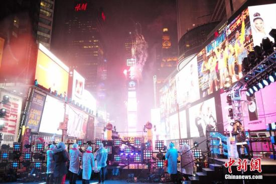 当地时间12月31日,纽约时报广场举行一年一度的跨年庆典,尽管当日一直降雨,仍吸引了成千上万的人们在寒雨中迎接新年。图为当晚6时倒计时水晶球升起,时报广场燃放焰火。<a target='_blank' href='http://www.chinanews.com/'>中新社</a>记者 廖攀 摄