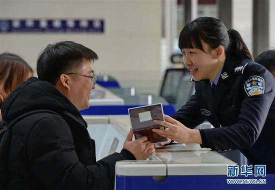 资料图:旅客办理出境手续。 新华社记者 杨世尧 摄 图片来源:新华网