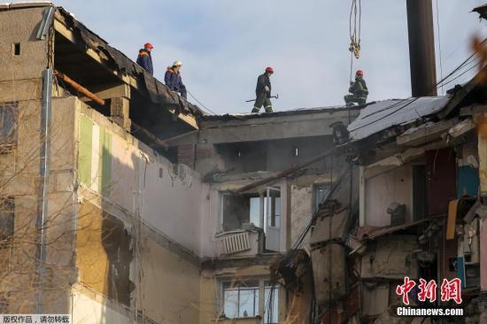 当地时间1月1日,救援人员在俄罗斯马格尼托哥尔斯克市因天然气爆炸部分倒塌的公寓大楼上进行救援工作。据外媒报道,这起事故发生于当地时间12月31日早上约6时。由于当天是俄罗斯的公定假日,因此事发当时多数居民仍在熟睡中。