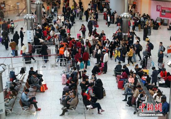 资料图:香港西九龙站迎来大批出入境旅客。<a target='_blank' href='http://LostidoLs.com/'>中新社</a>记者 张炜 摄