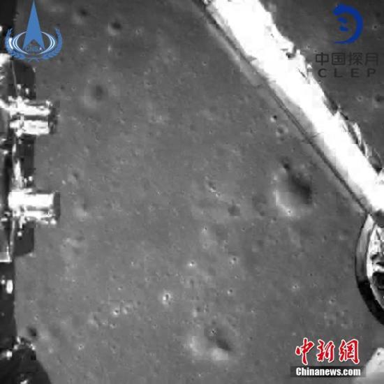 此图片为嫦娥四号探测器动力下降过程降落相机拍摄的图像。中国国家航天局/供图