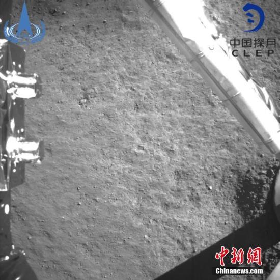 """落月后,在地面控制下,通过""""鹊桥""""中继星的中继通信链路,嫦娥四号探测器进行了太阳翼和定向天线展开等多项工作,建立了定向天线高码速率链路。11时40分,嫦娥四号着陆器监视C相机获取了世界第一张近距离拍摄的月背影像图并传回地面。图中展示了巡视器即将驶离着陆器、驶向月背的方向。嫦娥四号探测器由着陆器和巡视器组成,共配置包括2台国际合作载荷在内的8台有效载荷,其中着陆器上安装了地形地貌相机、降落相机、低频射电频谱仪、与德国合作的月表中子及辐射剂量探测仪等4台载荷;巡视器上安装了全景相机、测月雷达、红外成像光谱仪和与瑞典合作的中性原子探测仪。这些仪器将在月球背面通过就位和巡视探测,开展低频射电天文观..."""