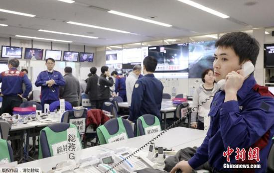 据日本熊本县玉名警署称,截至当地时间3日傍晚6点半,未接到在观测到震度6弱(日本标准)摇晃的该县和水町,有人员受伤的消息。图为救灾总部的工作人员开始工作。