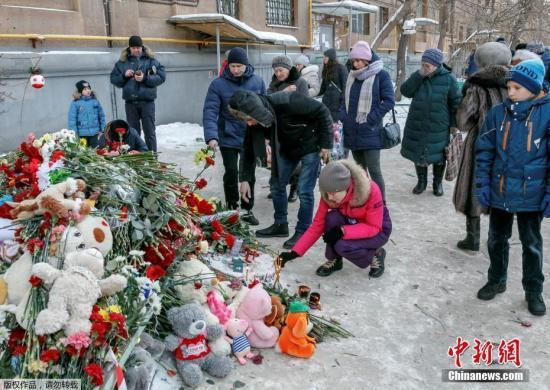 当地时间2019年1月2日,俄罗斯民众用鲜花和玩具布偶悼念在马格尼托戈尔斯克市居民楼天然气爆炸事故中受难的遇难者。据外媒报道,俄马格尼托戈尔斯克市居民楼天然气爆炸事故,已经导致33人死亡,其中包括6名儿童。