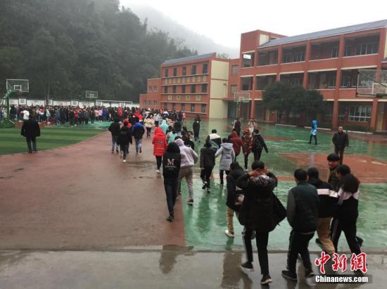 资料图:图为1月3日,地震发生后,四川省宜宾市兴文县两龙初级中学校第一时间组织师生疏散到安全地带。 中新社发 常婷 摄 图片来源:CNSPHOTO