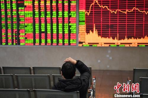 1月3日,成都某证券营业部的股民关注大盘数据。中新社记者 张浪 摄
