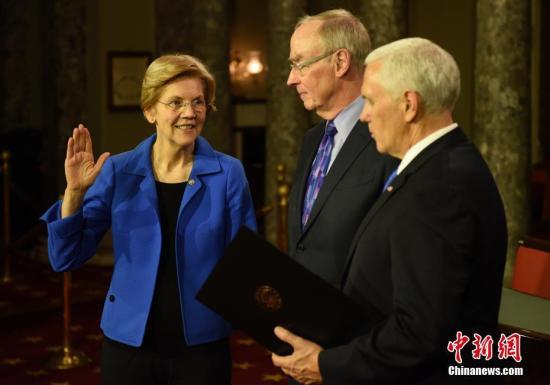 资料图:图左为民主党女参议员、2020年美国总统竞选人伊丽莎白·沃伦(Elizabeth Warren)。<a target='_blank' href='http://www.hanyujszp.com/'>中新社</a>记者 陈孟统 摄