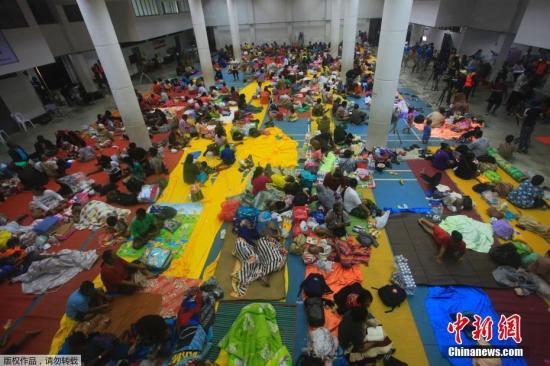 """台风""""帕布""""来袭泰南部居民及游客陆续撤离"""