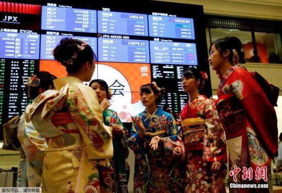 资料图:当地时间2019年1月4日,东京证券交易所2019年的首个交易日开市仪式举行,身穿华丽和服的美女职员格外吸睛。