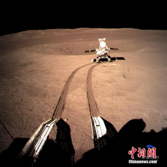 """1月4日,中国国家航天局发布消息说,嫦娥四号着陆器与被命名玉兔二号月球车的巡视器分离后按计划开展相关任务,部分有效载荷已开机工作,玉兔二号则继续在月球背面行走。当天,玉兔二号已与""""鹊桥""""中继星成功建立独立数传链路,并完成环境感知、路径规划,按计划在月面行走到达预定的A点,开展科学探测。图为着陆器地形地貌相机拍摄的玉兔二号在A点影像图。<a target='_blank' href='http://www-chinanews-com.skyeason.com/'>中新社</a>发 中国国家航天局供图"""