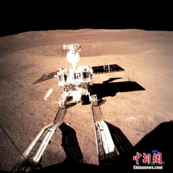 """1月4日凌晨,中国国家航天局在北京发布消息说,嫦娥四号着陆器与被命名为玉兔二号月球车的巡视器已于1月3日夜里顺利分离,玉兔二号月球车驶抵月球背面表面,在月背留下人类探测器的第一道印迹。图为嫦娥四号着陆器上监视相机拍摄的玉兔二号在月背留下第一道痕迹的影像图,这一历史画面也通过""""鹊桥""""中继星顺利传回地面。中新社发 中国国家航天局供图"""