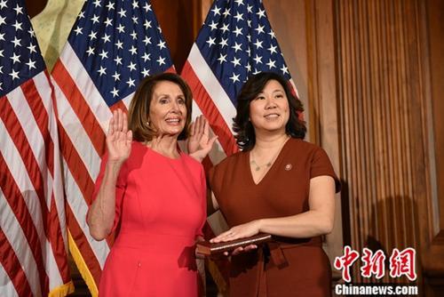 資料圖片:當地時間2019年1月3日,美國116屆國會開幕。圖為華裔眾議員孟昭文(Grace Meng)在新當選議長南希·佩洛西見證下,宣誓就職。中新社記者 陳孟統 攝