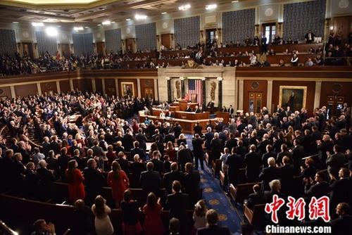 当地时间1月3日,新一届美国国会在首都华盛顿开幕,来自加利福尼亚州的民主党籍联邦众议员南希•佩洛西当选国会众议院议长。图为佩洛西当选众议长后发表演讲引全场起立鼓掌。中新社记者 沙晗汀 摄