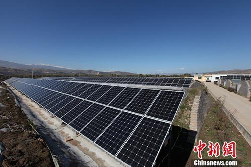 资料图:青海一处光伏扶贫电站。中新社记者 罗云鹏 摄