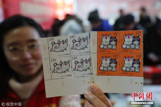 1月5日,中国邮政发行《己亥年》特种邮票1套2枚,图案名称分别为:肥猪旺福、五福齐聚,全套邮票面值2.40元。图片来源:视觉中国