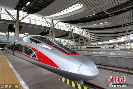 """1月5日,鐵路實行新的列車運行圖時,超長版""""復興號""""在京滬高鐵上線運營,17輛編組超長版""""復興號""""動車組將正式與旅客見面。據鐵路部門介紹,超長版""""復興號""""動車組全長439.9米,載客定員1283人,載客能力較16輛編組提升了7.5%。圖片來源:視覺中國"""