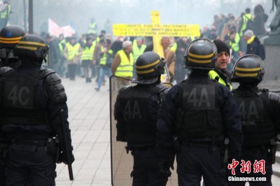 当地时间1月5日,法国2019年首轮示威登场,巴黎数以千计民众再次走上街头,在市中心游行抗议。防暴警察在市中心国民议会大厦附近与示威者对峙。<a target='_blank' href='http://www.chinanews.com/'>中新社</a>记者 李洋 摄