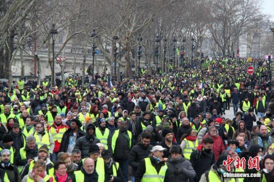 当地时间1月5日,法国2019年首轮示威,巴黎数以千计民众再次走上街头,在市中心游行抗议。这也是自2018年11月以来巴黎遭遇的第8轮示威。<a target='_blank' href='http://www.chinanews.com/'>中新社</a>记者 李洋 摄