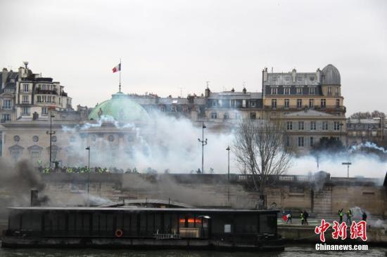 资料图:当地时间1月5日,法国2019年首轮示威,数以千计民众走上街头抗议,巴黎市中心陷入混乱。警方不断施放催泪瓦斯,示威现场有驳船起火燃烧。<a target='_blank' href='http://www.chinanews.com/'>中新社</a>记者 李洋 摄