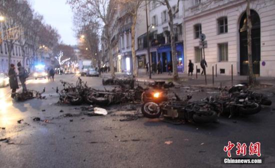 当地时间1月5日,法国2019年首轮示威,数以千计民众走上街头抗议,巴黎市中心陷入混乱,有多辆摩托车在示威期间被烧毁。<a target='_blank' href='http://www.chinanews.com/'>中新社</a>记者 李洋 摄
