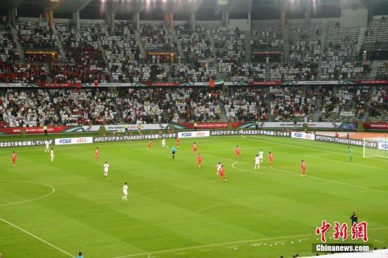 1月5日晚,第17届亚洲杯在阿联酋首都阿布扎比扎耶德体育城体育场开幕。图为揭幕战比赛现场。邢� 摄