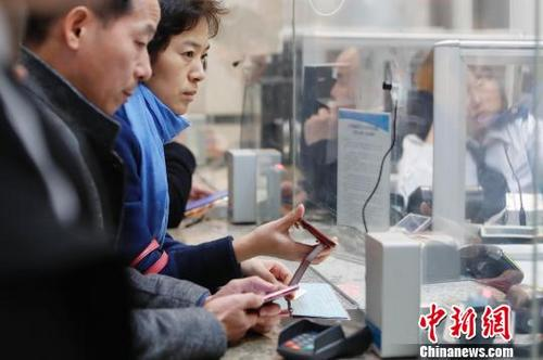 资料图:旅客正购买车票前往自己的目的地。殷立勤 摄