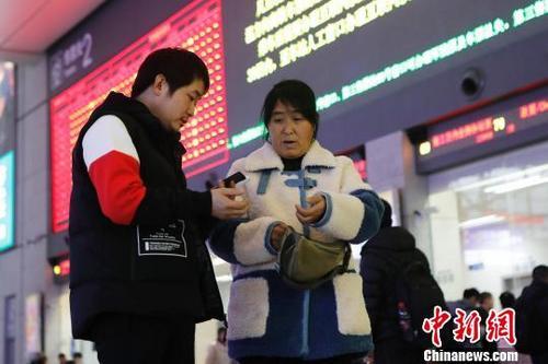 1月6日,在铁路上海虹桥站,旅客正在购买车票前往自己的目的地。殷立勤 摄