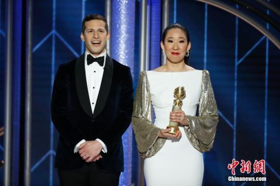 当地时间2019年1月6日,美国洛杉矶,第76届美国电影电视金球奖颁奖礼在洛杉矶举行。吴珊卓凭《杀死伊芙》拿下剧情类视后,吴珊卓成为第一个获金球奖剧情类视后的亚裔,她也是第一个主持金球奖的亚裔。吴珊卓直接拿着奖杯上台主持,喜悦之情溢于言表。