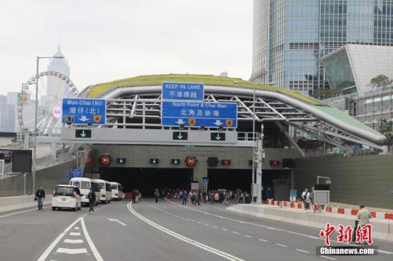 资料图:香港中环及湾仔绕道中环隧道出入口。<a target='_blank' href='http://www.chinanews.com/'>中新社</a>记者 谢光磊 摄