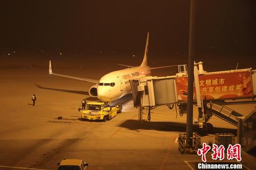 资料图:山西太原武宿机场,一架即将起飞的民航客机正被牵引到跑道。中新网记者 张云 摄