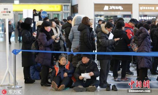 资料图:韩国首尔火车站市民排队等候预订农历新年假期返乡的火车票。 图片来源:东方IC 版权作品 请勿转载
